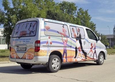 микробус на клуб Рок Енд Рол, който целият е облепен с фолио с цветни изображения на танцуващи двойки