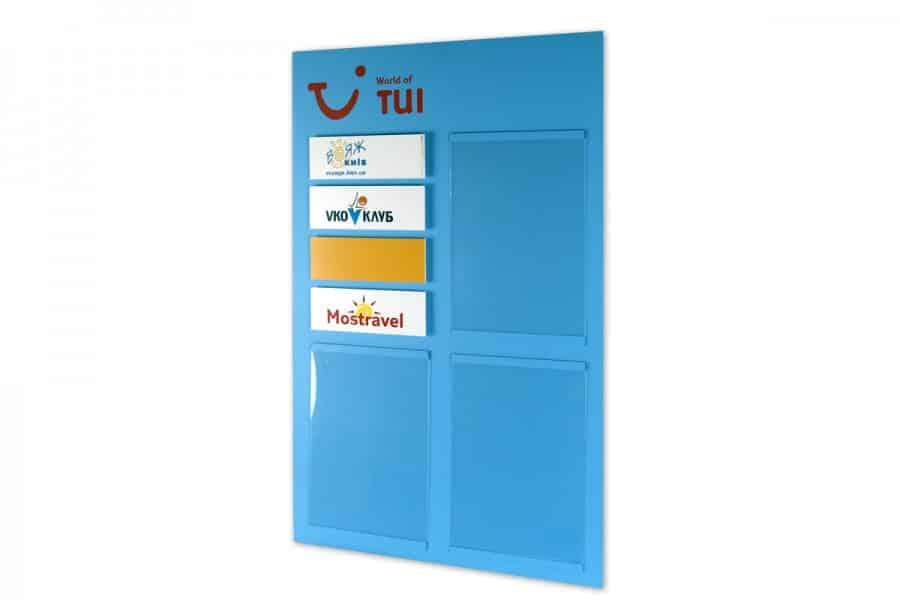 Информационно табло с джобове за променлива информация TUI