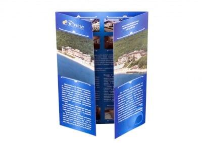 Дипляна с панорамна снимка на Ривиера, върху две страници