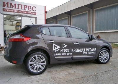 Автомобил с рекламен надпис от фолио- новото RENAULT MEGANE пред производствената база на ИМПРЕС