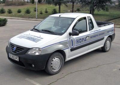 Автомобил с плотерно изрязан надпис върху фон от цветно фолио- НОРД