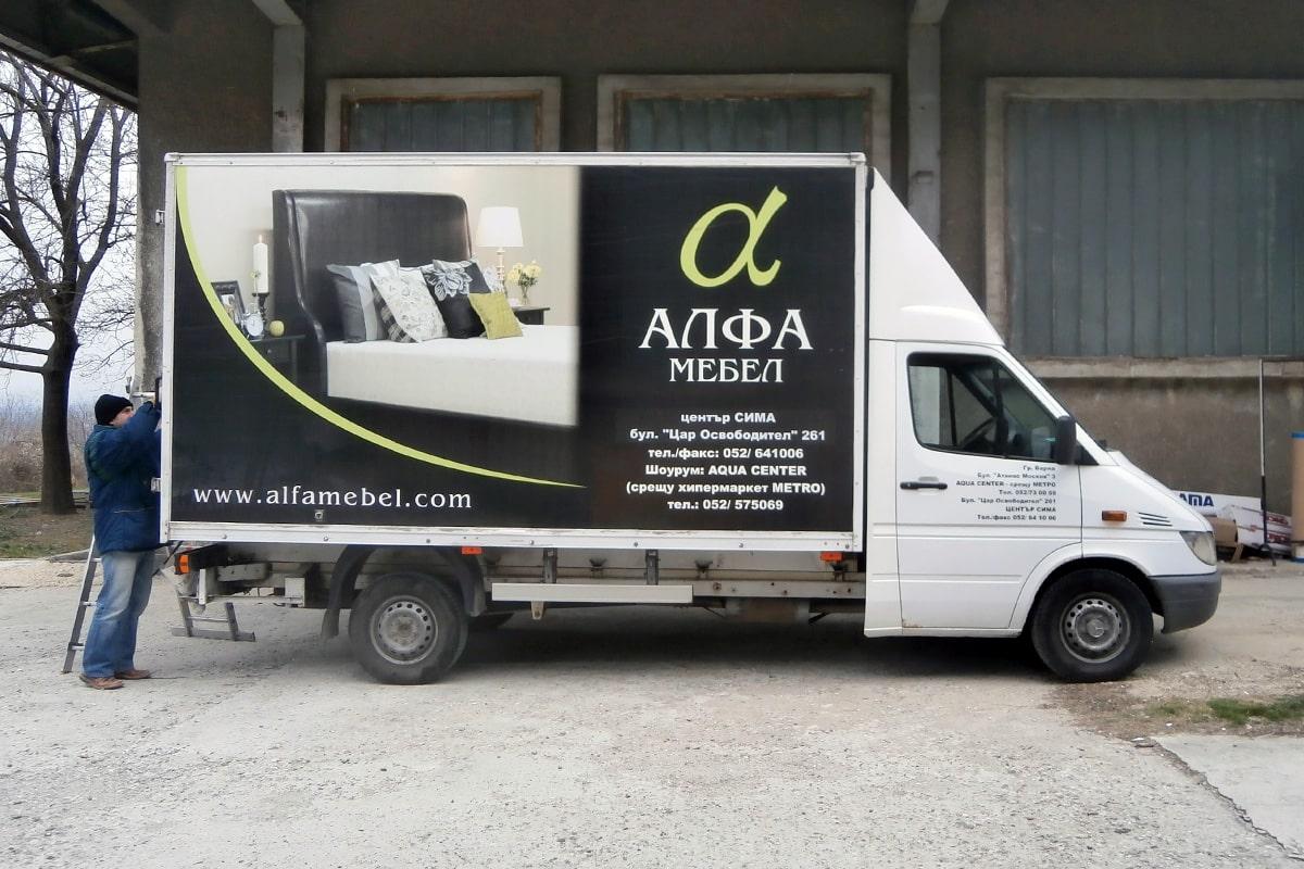 Камион на алфамебел, брандиран със солвентен печат.