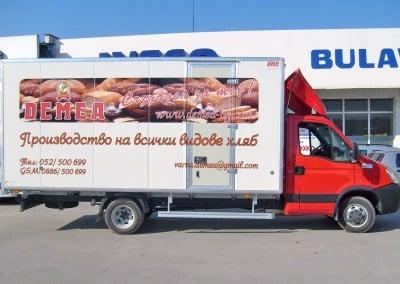 Частично брандиран камион с цветен печат и надписи от фолио - Демея