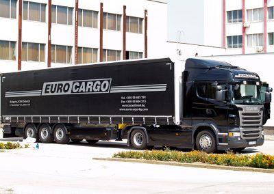 Влекач с ремарке с плотерно изрязани рекламни надписи - Еврокарго