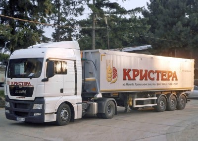 Камион с твърда ламелна карусерия и рекламни надписи - Кристера