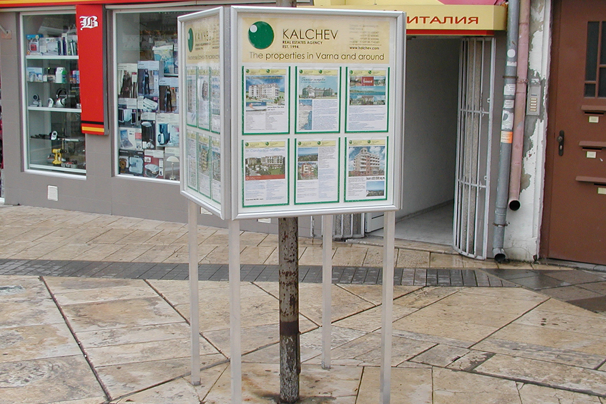Рекламна конструкция с джобове за оферти за недвижими имоти - Калчев