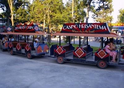 Транспортна реклама на CASINO HRISANTEMA върху туристическо влакче