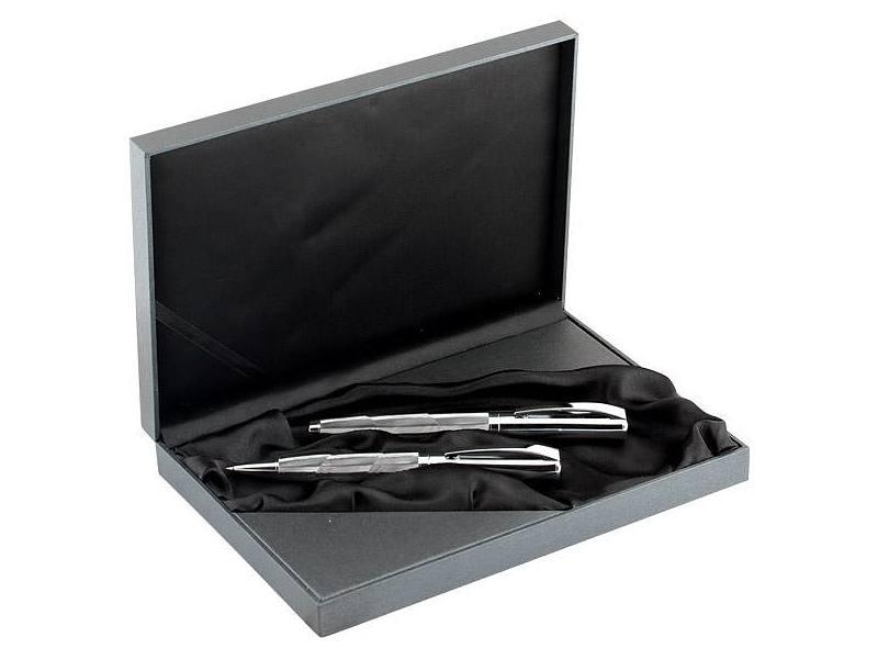 химикалка и ролер в картонена кутия