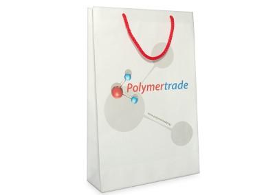 фирмена торбичка на полимер трейд с дръжки от червен полиестрен шнур