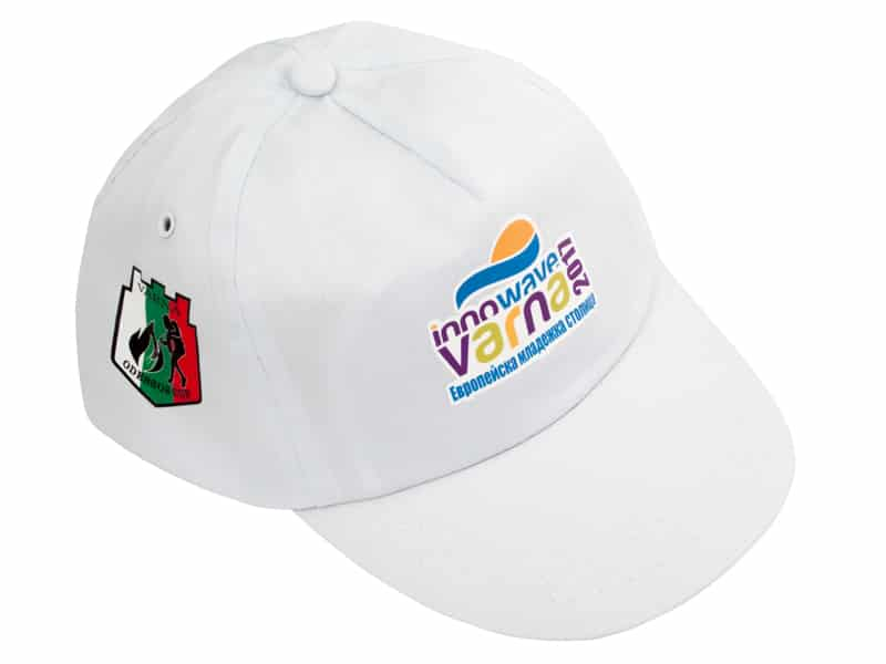 бяла шапка с цветен рекламен надпис