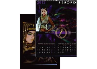 Изображение нa многолистов календар и корица със снимки на черно-лилав фон