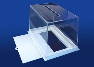 Снимка на плексигласова кутия с отворено дъно