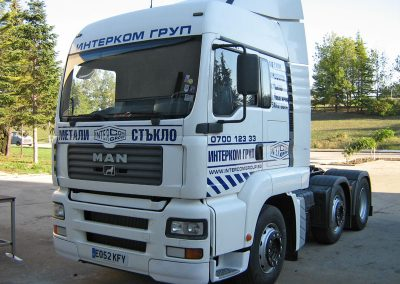 Брандирана кабина на камион с плотерно изрязани надписи - ИНТЕРКОМ
