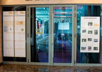 Информационно табло с джобове на витрина на хотел LTI