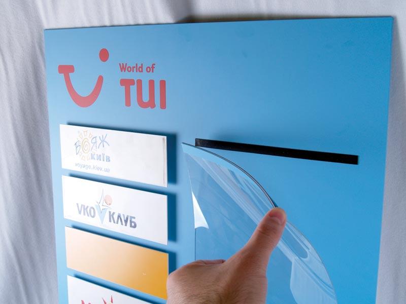 Информационно табло на TUI с прозрачен джоб с магнитна лента