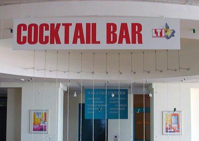 указателна табела за бар, окачена на тавана