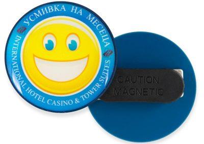 значка - усмивка на месеца