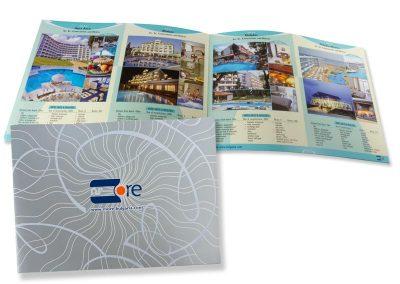 Туристически каталог със селективен лак на корицата
