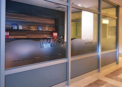 офис на win travel, стена с фолио пяскоструй