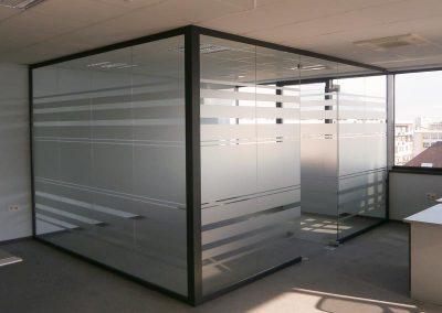интериорна стъклена офис стена, облепена с декоративно матово фолио
