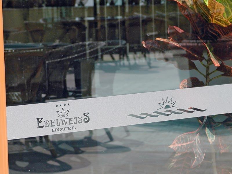 фриз за витрина от фолио тип гравирано стъкло на хотел Еделвайс