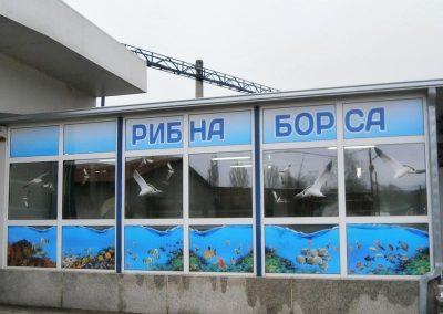брандирана витрина на рибна борса с цветен печат, изрязан по контур