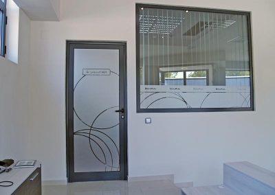 брандиране на интериорна врата и прозорец в офис. Елма