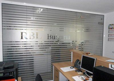 полупрозрачна брандирана интериорна витрина в офис RBL