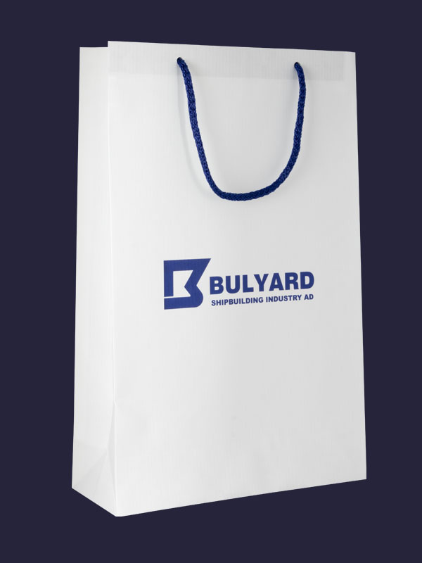 Хартиена торбичка със сини дръжки и син надпис